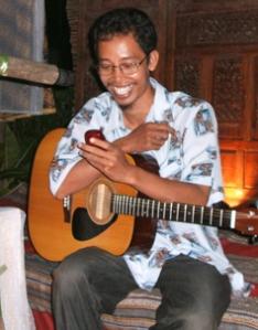 jaka cahyana saat membacakan sms dari Frangky Sahilatua dlm acara Baca Puisi Putra Serayu- Kroya 2007