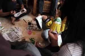 para siswa belajar Melukis Sepatu