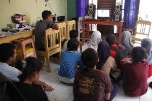 kegiatan siswa menonton film