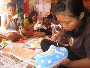para peserta Prakerin asik melukis sepatu