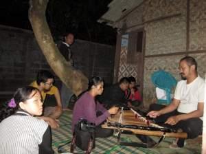 recording di belakang rumah Pratik