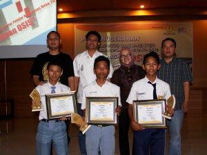para Peraih Penghargaan Berfoto bersama Para Juri Dekan Unsoed