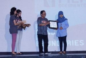 Yuni menerima penghargaan FFD (14/12)