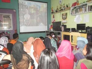 Para siswa di Sangkanparan sedang menonton film