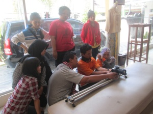 para siswa sedang produksi film batik