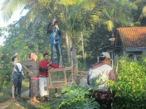 Para Kru menggunakan alat seadanya saat produksi film dokumenter
