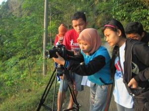 Kameramen sedang berusaha merekam sunrise di pagi yang indah