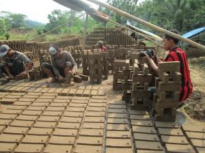 Muslihan sedang merekam aktivitas pembuat batu bata merah