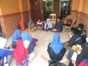 para siswa bercerita tentang pengalamannya
