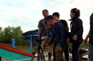 Teguh Rusmadi sedang mendampingi para siswa produksi Dokumenter di Kampung Laut