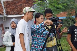 Ria Irawan (sutradara Gula Semut) Sedang mengamati gambar arahan dari kameramen
