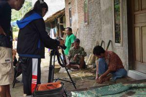 Nur Kholifah, (Kameramen) sedang mengambil gambar orang menganyam (Glontor, 7Maret 2015)