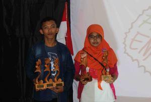 Muslihan dan Nur berfoto bersama usai menerima piala di YSA