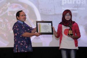 Fitri, saat menerima Penghargaan di Festival Film Purbalingga 2015