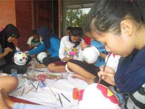 para pelajar asik melukis kendhi di Sangkanparan