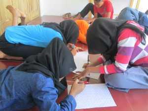 Para siswa sedang asik menggambar garis-garis