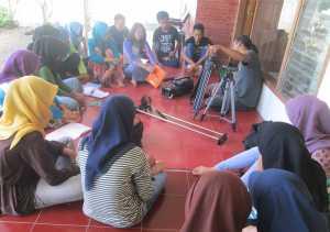 Teguh berbagi kepada para peserta prakerin di TBM Sangkanparan
