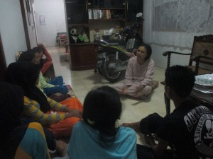 Keseriusan peserta prakerin ketika mendengarkan cerita Enyak