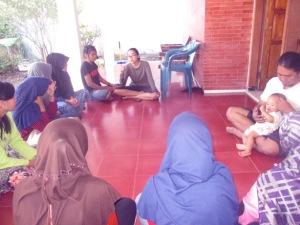 Peserta prakerin mendengarkan cerita Misyatun dengan seksama