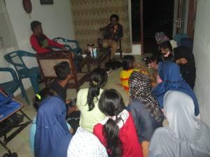 Peserta prakerin memperhatikan penjelasn Bambang Aryo