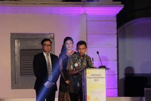 Muslihan menerima piala Dewantara dan memberi sepatah kata dalam ajang AFI2015 .