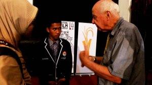 Nur dan Sugeng berinteraksi dengan David Hanan (Australia)