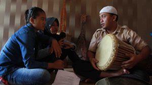 Adi Sasmito, memainkan alat musik didepan para sutradara muda