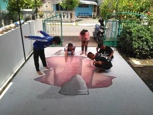 para pelajar berpose diatas lukisan 3 Dimensi