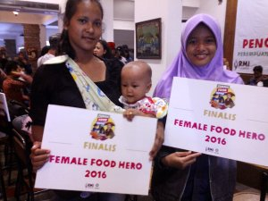 Sri Rohani dan Dewi Nur Aeni berfoto usai menerima penghargaan