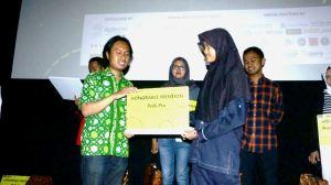 Dewi Nur Aeni menerima Penghargaan dalam Ajang DocDays 2016