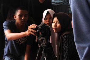 Mahasiswa IKJ sedang berbagi di Sangkanparan
